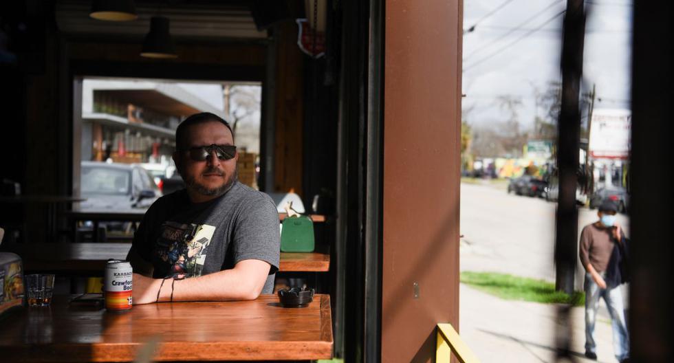 Un hombre se sienta en una mesa dentro de un bar en Houston, Texas, el 9 de marzo de 2021. (REUTERS/Callaghan O'Hare).