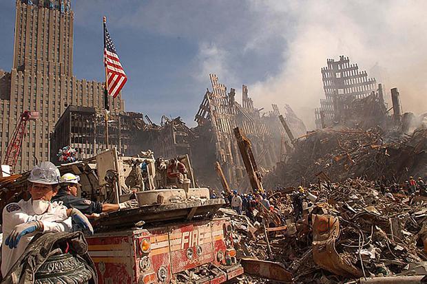 En esta foto tomada el 13 de setiembre de 2001, personal de emergencia de Nueva York y bomberos luchan contra persistentes focos de incendio entre los escombros de los edificios derrumbados mientras buscan sobrevivientes (ANDREA BOOHER / FEMA / AFP).