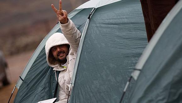 Los sirios que se unieron al convoy pasaron la noche en la frontera. (Reuters)