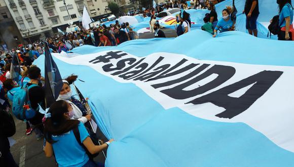 Los manifestantes sostienen una bandera durante un mitin contra el aborto frente al edificio del Congreso Nacional, en Buenos Aires, Argentina. (REUTERS/Matias Baglietto).