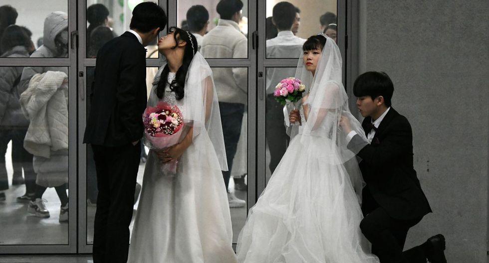 Imagen de las parejas preparándose para el matrimonio masivo en medio de los casos de coronavirus de Wuhan. (AFP).