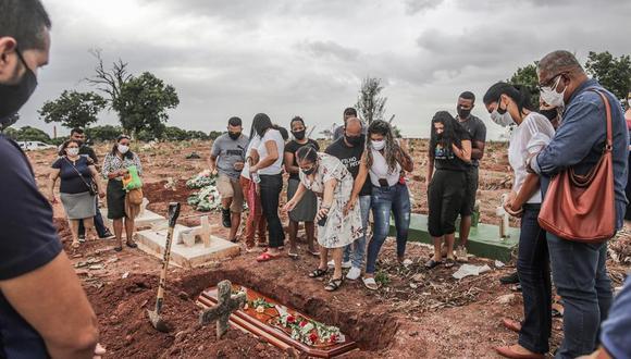 Las autoridades sanitarias creen que la variante brasileña, conocida como P.1 y que es hasta tres veces más transmisible que sus antecesoras, ha impulsado, junta a otros factores, la explosión de casos en Brasil. (Foto: EFE/ André Coelho)