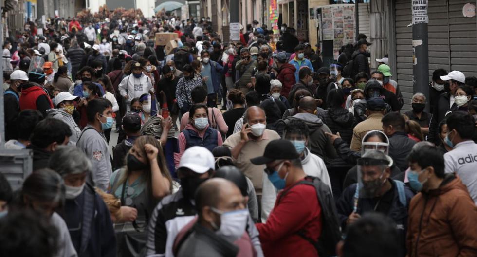 Aglomeración de personas en Mesa Redonda en el inicio de la cuarentena focalizada por coronavirus en Perú. (Foto: Anthony Niño de Guzmán / GEC)