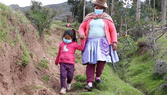 La madre de la menor de 5 años también divide su tiempo para participar en las capacitaciones de desarrollo productivo de hortalizas que lleva en el Tambo a 3,700 m.s.n.m. (Foto: Midis)