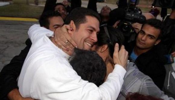 Rivera se abraza con sus familiares tras abandonar el Centro Correccional Statesville. (Chicago Tribune)
