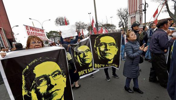 La manifestación contra la decisión del presidente Martín Vizcarra fue menuda y corta. (GEC)