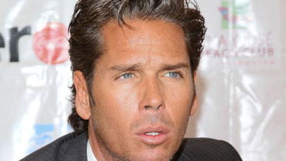 Roberto Palazuelo aparece en la serie como uno de los amigos del 'Sol', con quien tuvo una fuerte discusión.