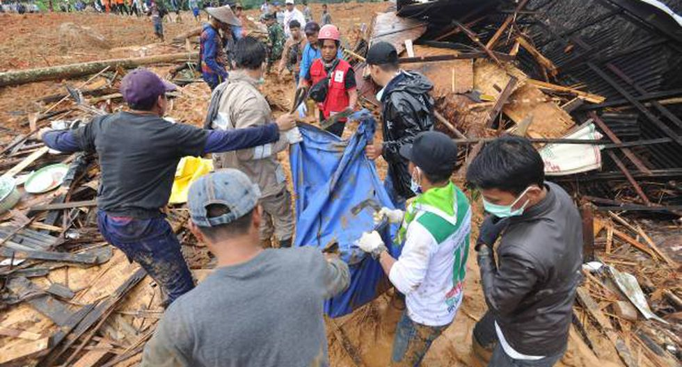 Los rescatistas de Indonesia llevan los restos de una víctima de deslizamiento de tierra en la aldea de Sirnaresmi en Sukabumi, Indonesia. (Foto: EFE)