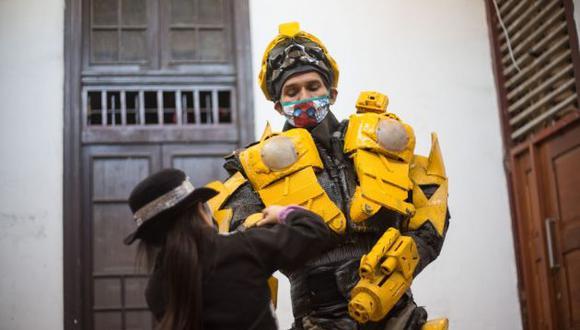 Un artista de la calle colocándose su traje. (Nadia Quinteros)