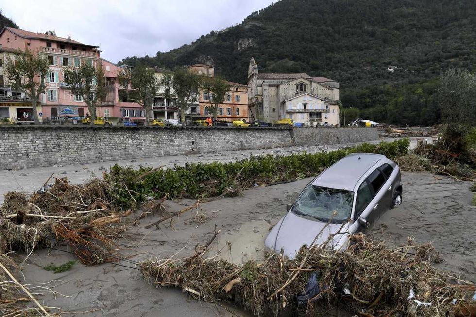 Esta vista general muestra un vehículo parcialmente sumergido en barro y escombros en Breil-sur-Roya, sureste de Francia. (AFP / NICOLAS TUCAT).