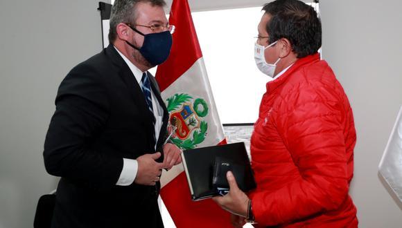 El ministro de Defensa, Jorge Chávez, se reunió esta mañana con el titular de la ONPE, Piero Corvetto. (Foto: Ministerio de Defensa)