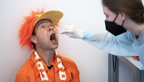 Una enfermera usa un hisopo de algodón durante una prueba de coronavirus Covid-19 en el Centro de Convenciones RAI en Ámsterdam, Países Bajos, el 13 de junio de 2021. (Foto de Jeroen JUMELET / ANP / AFP).