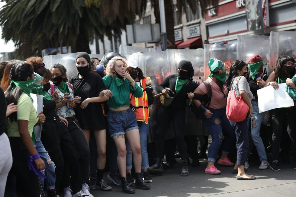 Grupos de mujeres se enfrentan con la policía durante una marcha a favor del aborto legal y seguro, en Ciudad de México. (EFE/ Sáshenka Gutiérrez).