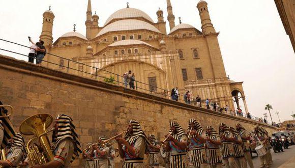 Egipcios vestidos con trajes que pasan por la ciudadela de El Cairo durante una ceremonia para el transporte del carro de Tutankamón desde el Museo Militar hasta el Gran Museo Egipcio. (Foto: AFP)