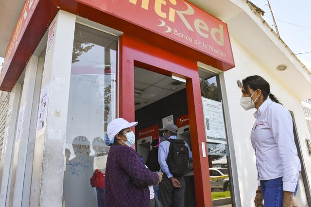 Ministra Donayre supervisó el cobro de las personas en los agentes y cajeros automáticos.