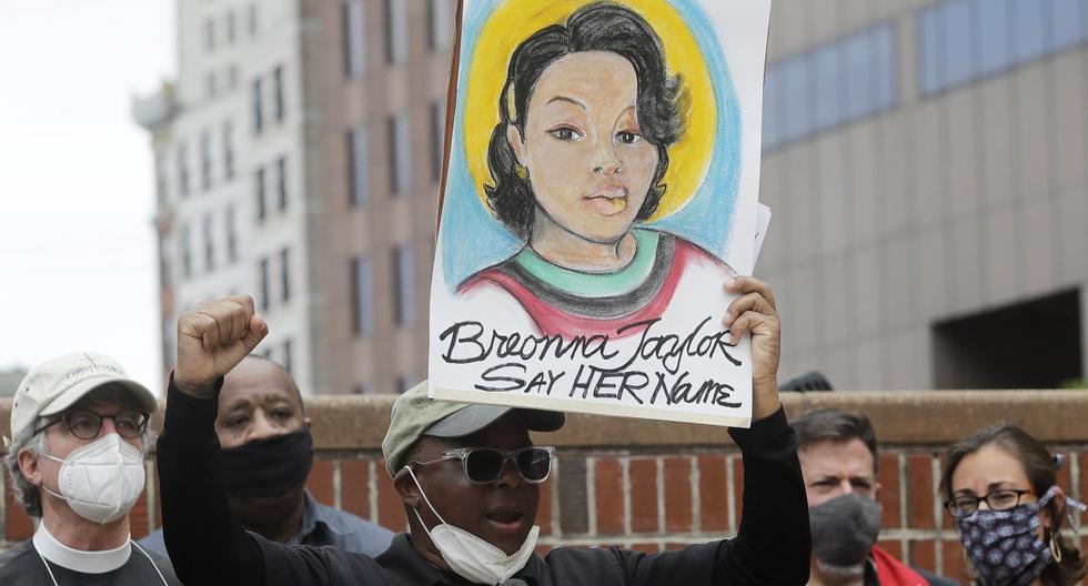 Imagen referencial. Kevin Peterson, fundador y director ejecutivo de The New Democracy Coalition, muestra un cartel con la imagen de Breonna Taylor en Boston. (AP/Steven Senne).
