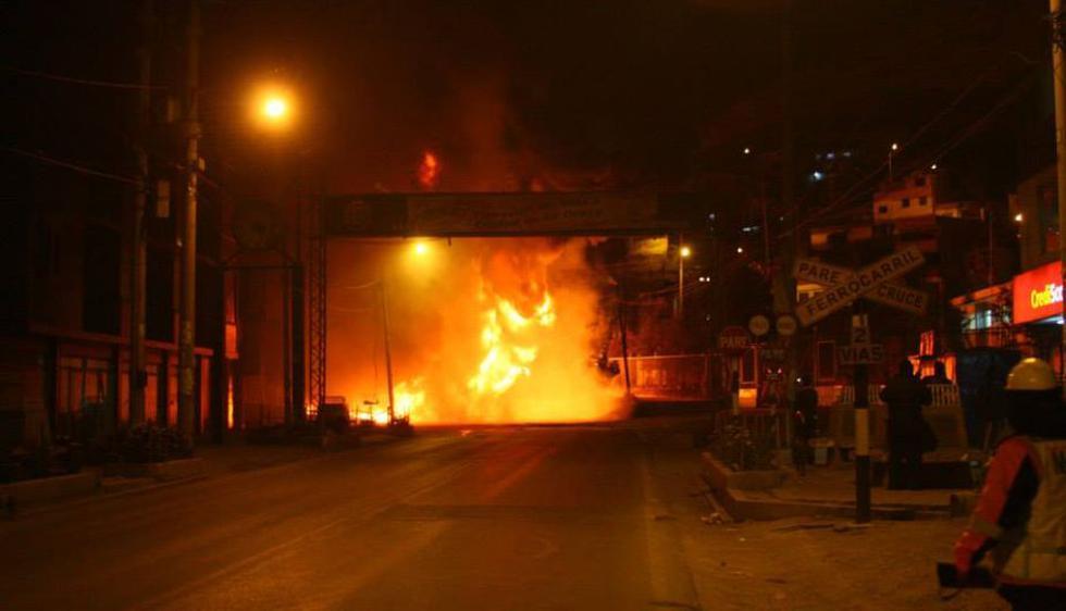 El camión se volteó y el combustible quedó regado por varios kilómetros, lo que originó el incendio. (Municipalidad de La Oroya)