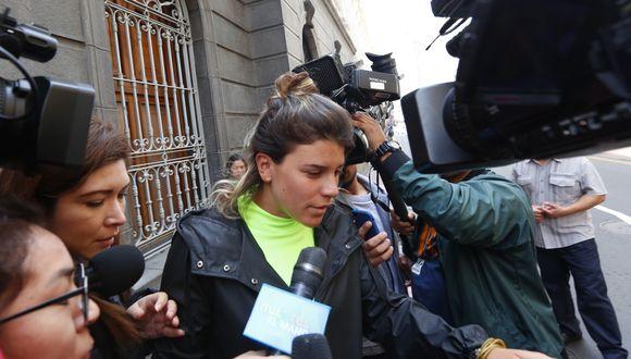 Guardó silencio. Macarena Vélez evitó declarar a la salida de la Fiscalía. (César Grados)