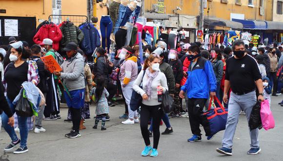 Los esfuerzos por mantener a la población a salvo no impidieron el avance vertiginoso de la pandemia en un país con altos niveles de informalidad. (Foto: Hugo Curotto / GEC)