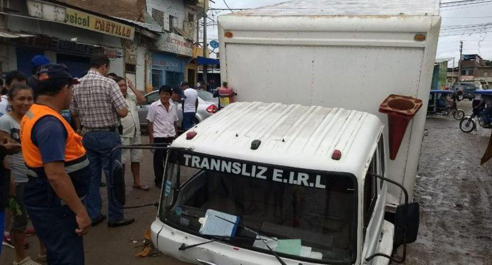 Un vehículo quedó atrapado al colapsar una vía de Sullana. (EPS GRAU)