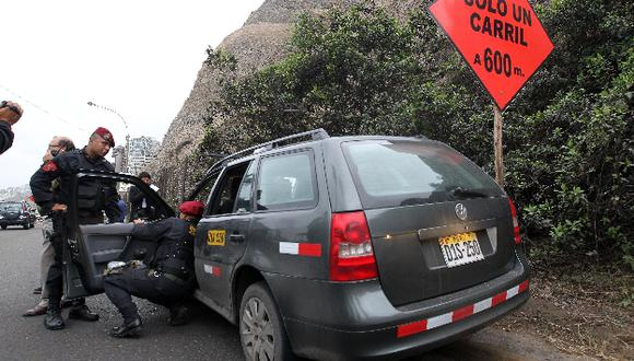 Piedra destrozó el parabrisas de auto y dejó con varias lesiones a un taxista. (USI)