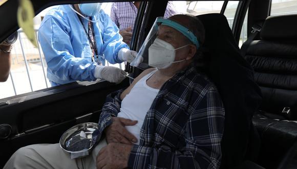 Gobierno inició hoy viernes 16 vacunación bajo estrategia territorial y adultos mayores podrán ser vacunados dentro de autos en algunos puntos. (Foto: Jorge Cerdán / @photo.gec)