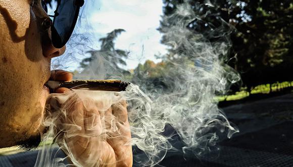 Fumar porros regularmente aumenta riesgo de cáncer de testículo. (Getty)