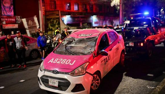 José Juan Galindo quedó atrapado en su auto tras el desplome, su madre presenció el intento de rescate hasta que confirmaron su muerte. (Foto PEDRO PARDO / AFP)