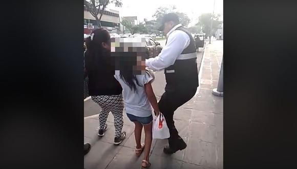 Municipalidad de San Isidro separó de sus funciones a dos agentes de fiscalización que arrebataron mercadería a mujer. (Captura: Facebook)