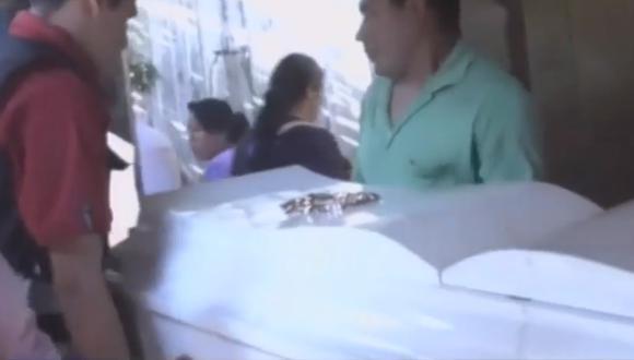 Pese a las súplicas de los familiares, el cuerpo fue retirado (Captura)