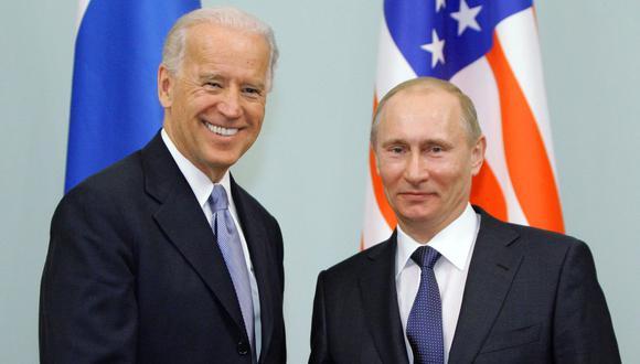 En esta foto de 2011, Vladimir Putin se saluda con el entonces videpresidente Joe Biden tras una reunión en Moscú. (Foto: AFP)