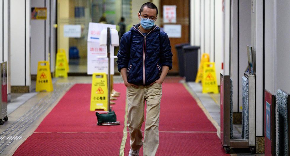 Esta imagen tomada el 13 de febrero de 2020 muestra al doctor Alfred Wong saliendo de un hospital de Hong Kong. (AFP).