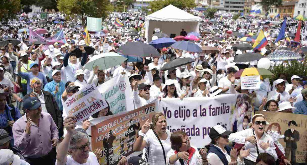 Miles de ecuatorianos salieron el sábado a las calles y plazas, vestidos de blanco y con la Biblia en sus manos. (Foto: AFP)