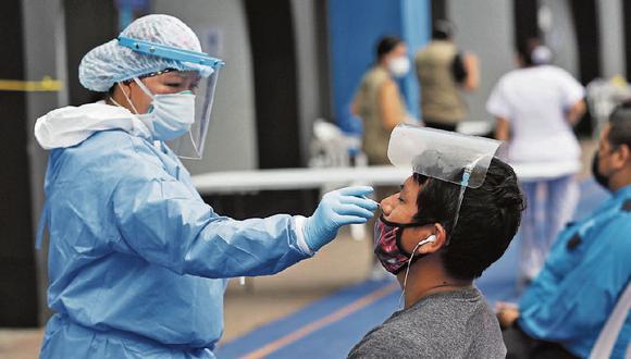 Las pruebas de descarte moleculares y de antígenos implican introducir un hisopo. (Foto: GEC | Fernando Sangama )
