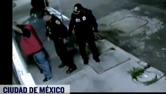 Autoridades investigan las identidades de los policías acusados de robo. (Foto: Twitter)