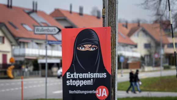 """Un cartel de campaña a favor de la iniciativa """"prohibición del burka"""" que dice en alemán: """"¡Alto al extremismo!"""" se ve en Biberen, cerca de la ciudad de Berna. (Fabrice COFFRINI / AFP)"""