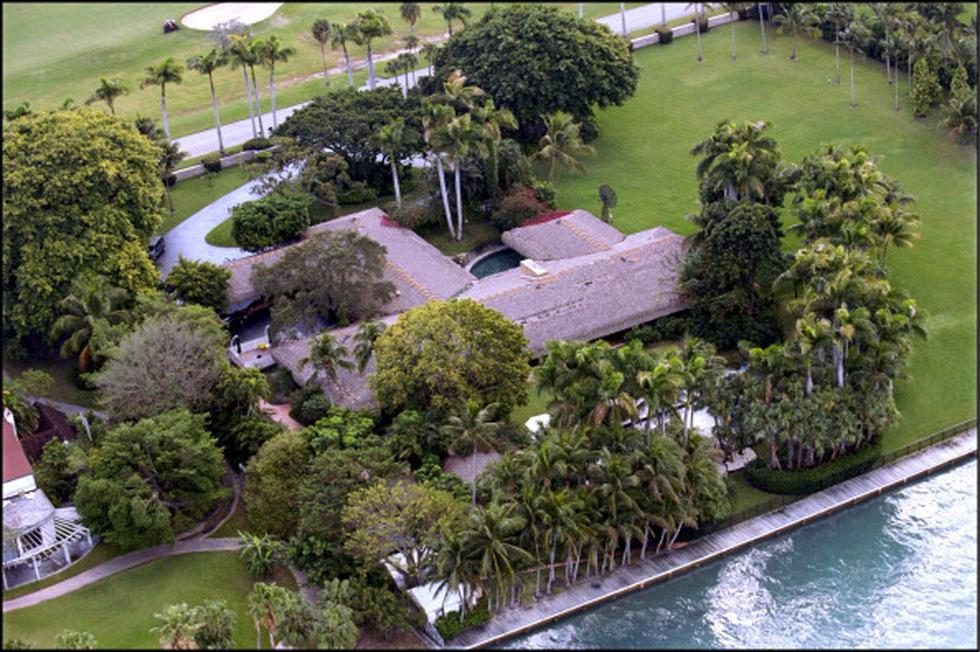 Esta es la enorme casa oscura con techo de paja de Julio Iglesias en Indian Creek en Miami Dade. (Getty)