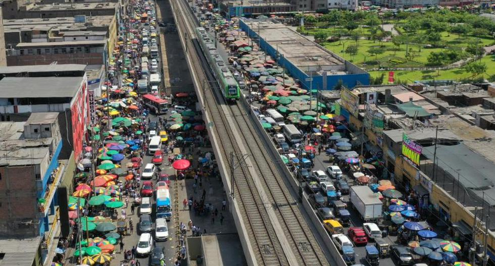 Largas colas de vehículos se forman desde muy temprano ante la presencia de comerciantes informales (Foto: Daniel Apuy/ GEC)