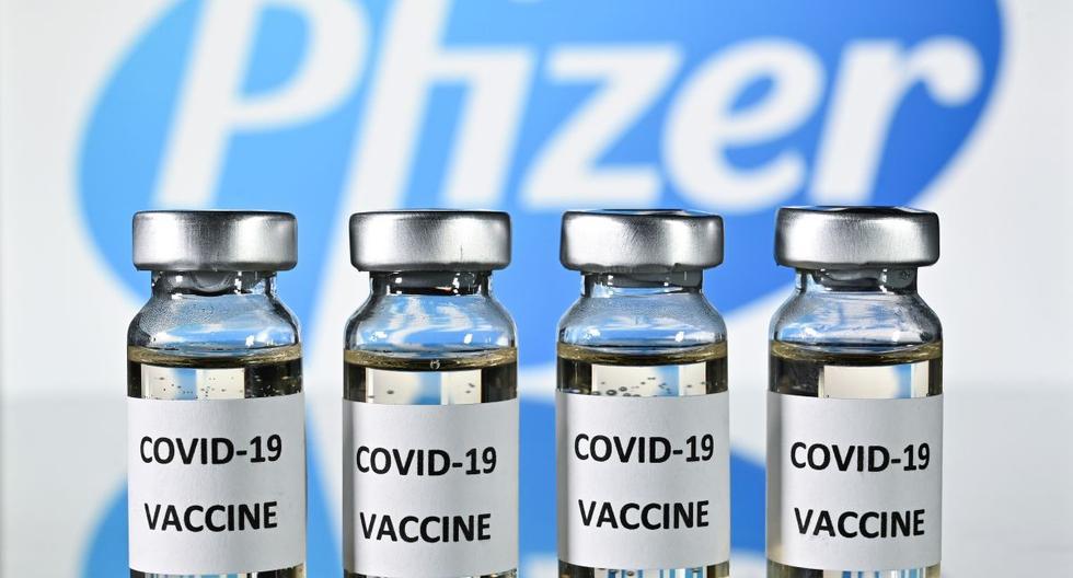 Una imagen ilustrativa muestra viales con adhesivos de la vacuna Covid-19 adheridos, con el logotipo de la compañía farmacéutica estadounidense Pfizer, el 17 de noviembre de 2020. (Foto de JUSTIN TALLIS / AFP).