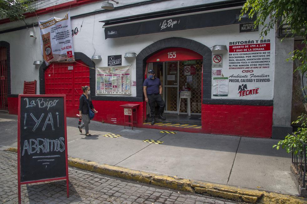 """Una pizarra dice """"¡Estamos abiertos!"""" fuera del restaurante Cabo Coyote en la Ciudad de México, el 1 de julio de 2020 durante la pandemia de COVID-19.  (Foto: CLAUDIO CRUZ / AFP)"""