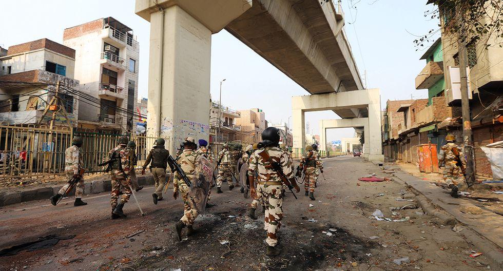 El personal de seguridad patrulla un área luego de enfrentamientos entre partidarios y opositores de una nueva ley de ciudadanía en Nueva Delhi. (Foto: AFP)