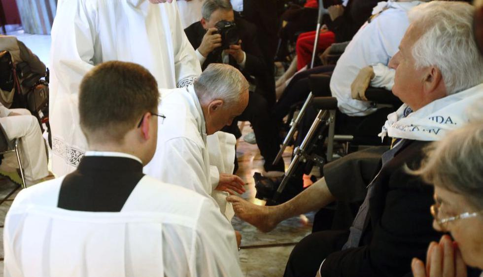 El papa Francisco cumplió este Jueves Santo con el ritual del lavado de pies a doce discapacitados, entre ellos un libio musulmán. (AP)