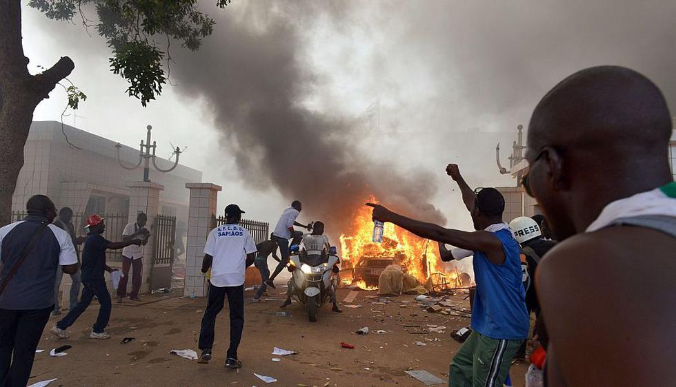 Centenares de ciudadanos incendiaron el Congreso y frenan reelección de presidente de Burkina Faso. (AFP)