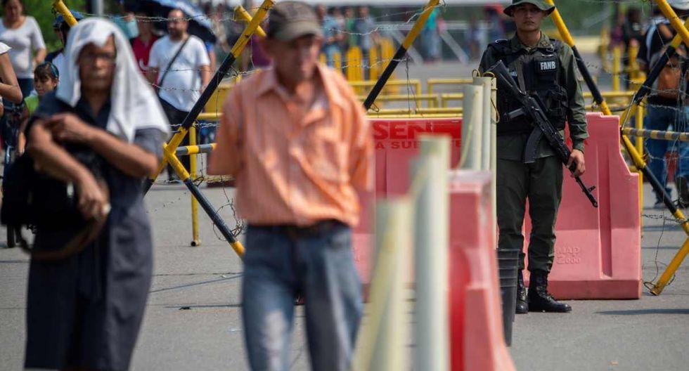 Un escolta de la Guardia Nacional de Venezuela en el Puente Internacional Francisco de Paula Santander en Ureña, Venezuela. (Foto: AFP)