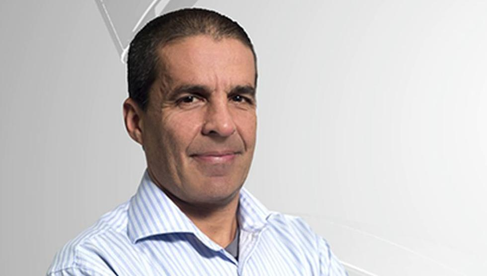 Gonzalo Núñez conduce un programa deportivo en una radio local.
