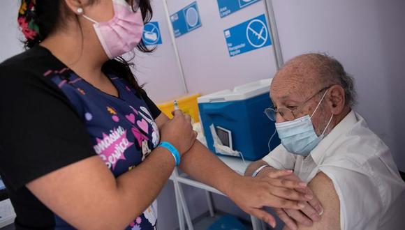 Adultos mayores figuran en la primera fase de vacunación contra el COVID-19. (Foto: Referencial/EFE/Alberto Valdés).