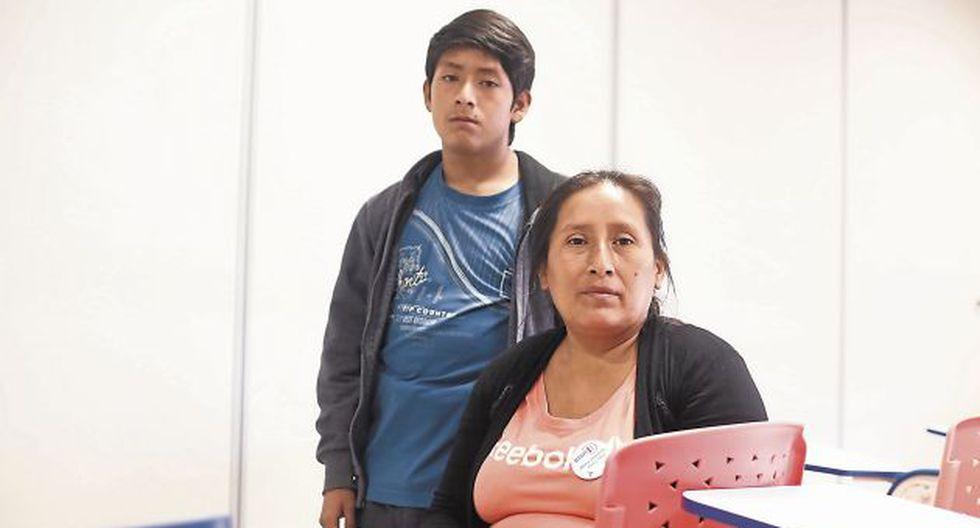 En espera. Yeni Chiquez apela a la solidaridad. Su hijo Jonatan está en diálisis desde hace cuatro años y necesita un trasplante de riñón. (César Campos/Perú21)