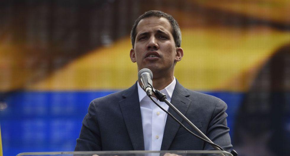 Guaidó ofreció amnistía a los militares que rompan con Maduro y ha dicho que no descarta beneficiar incluso al mandatario socialista. (Foto: AFP)