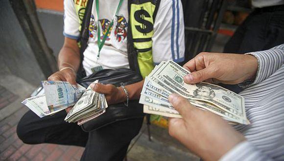 El dólar se cotizó este viernes a S/3,282/3,283 en las calles y casas de cambio de la capital. (Foto: El Comercio)