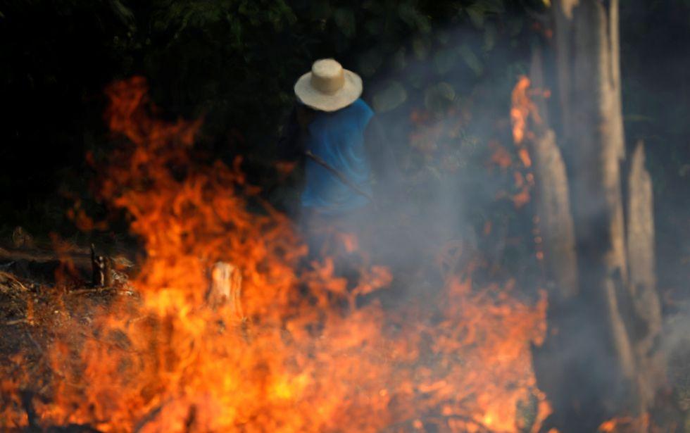 Un hombre trabaja en un tramo en llamas de la Amazonía en Brasil. (Foto: Reuters)